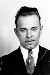John Dillinger - một ganster cố thay đổi dấu vân tay của mình